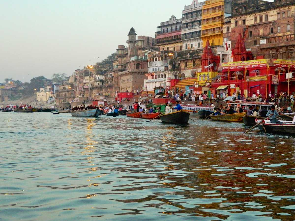Discover the magic of the evening aarti, which takes place nightly on the Varanasi ghats. What makes it so special, and why should you visit? | Ganges Varanasi | Ganga puja Varanasi | What to see in Varanasi | Visit Varanasi | Varanasi Ganges | Places to see in Varanasi | Tourist places in Varanasi | Visit Varanasi India
