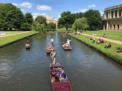 Punting on the Cam River is a quintessentially English way to spend a day in Cambridge. Here's how to try it for yourself! | A day in Cambridge | A visit to Cambridge | Punting at Cambridge | Punting Cambridge | Punting club | Punting in Cambridge prices | Scudamore punting Cambridge | Punting on the river Cam | Punting in Cambridge | Punting on river Cam | #cambridgeuk #cambridgeengland #cambridgeuniversity #puntingcambridge #cambridgepunting #thebackscambridge #visitcambridge
